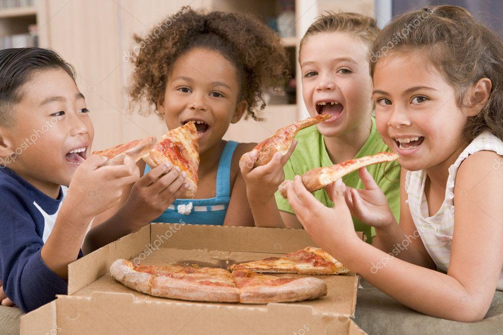 Cuatro Niños En Casa Comiendo Pizza Sonriendo