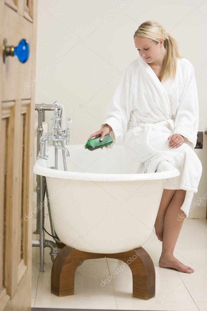 vrouw in badkamer bubbelbad aanbrengend badkuip — Stockfoto ...