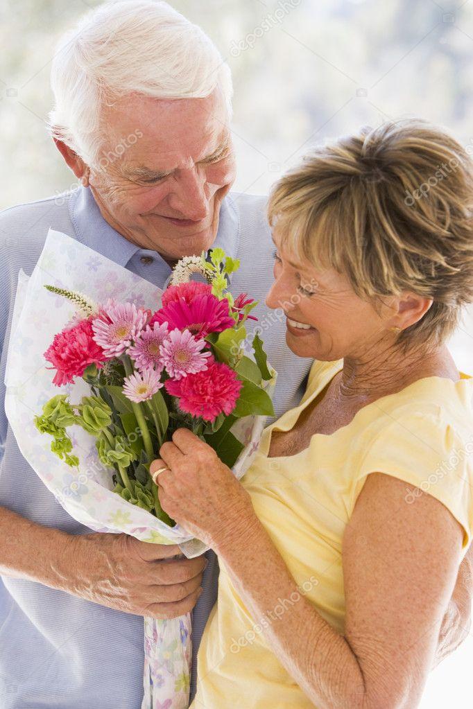 гиф картинки пожилая пара идет с цветами рябой рисунок