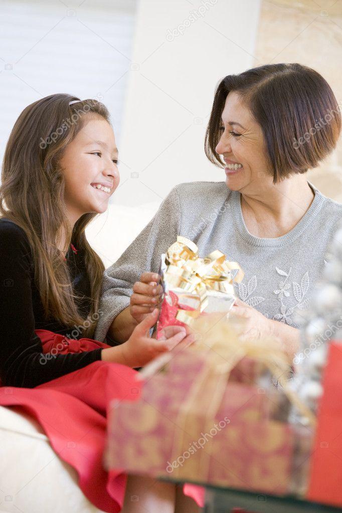 Großmutter und Enkelin, die Weihnachtsgeschenke austauschen ...