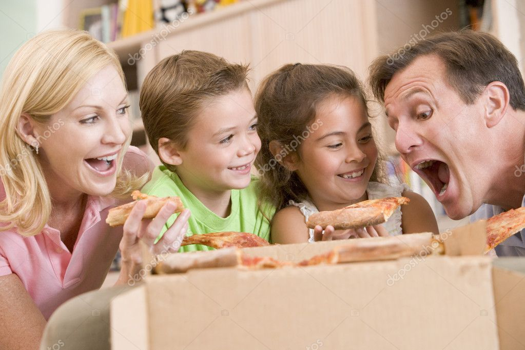 family eating pizza - HD 1600×835