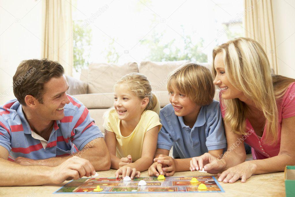 Jugar Juego De Mesa En Casa De Familia Fotos De Stock