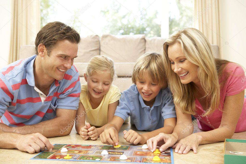 Familias Jugando Juegos De Mesa Jugar Juego De Mesa En Casa De