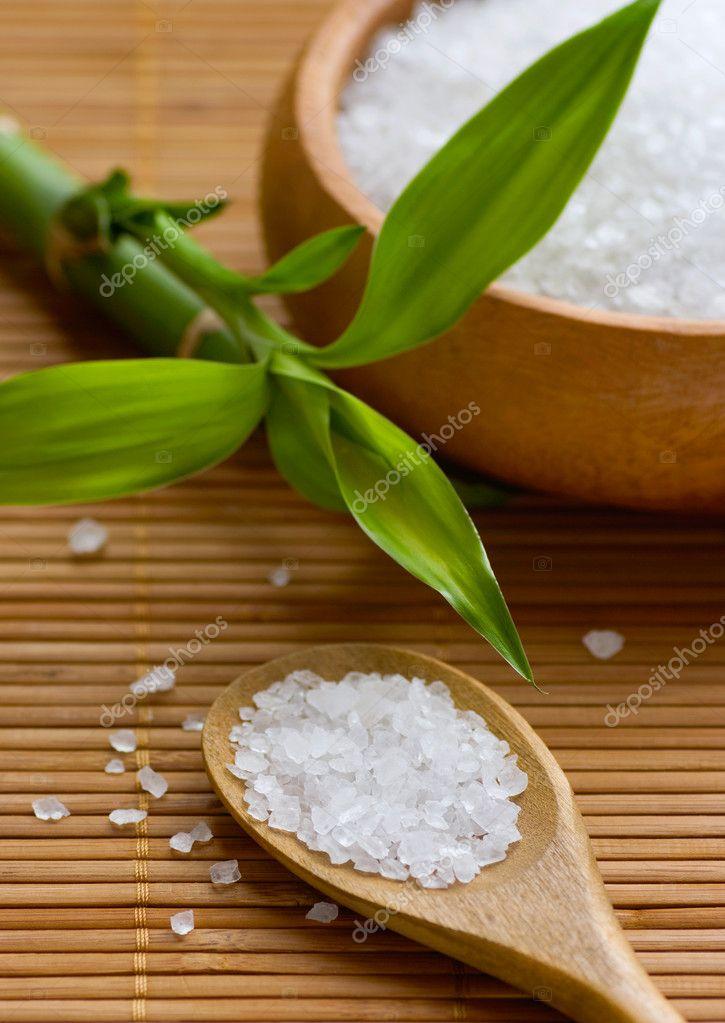 bagno di sale di mare in ciotola di legno sulla stuoia di bambù ...