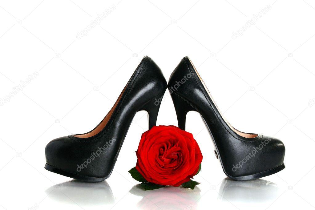 scarpe con tacco nere e una rosa rossa — Foto Stock © sriba3  4787010 bbc10887364