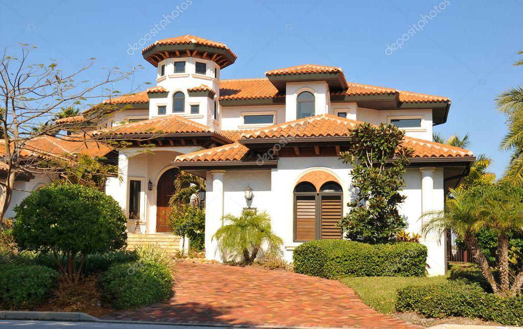 Geliefde Spaanse stijl met toren huis – Redactionele stockfoto  SF65