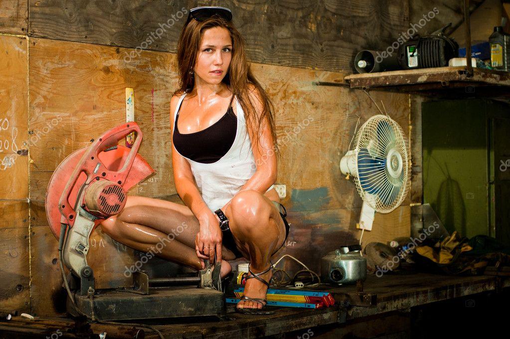 Фото девушки с инструментами работают на стройке, пьяные на отдыхе