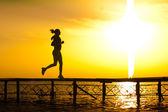 žena si fitness na moři