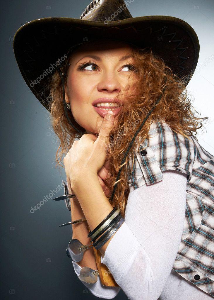 chica en un sombrero de vaquero — Fotos de Stock © GekaSkr  4977278 f34ec61d57d