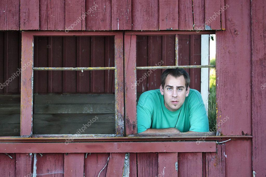mirando por la ventana granero viejo hombre del granjero — Fotos de ...
