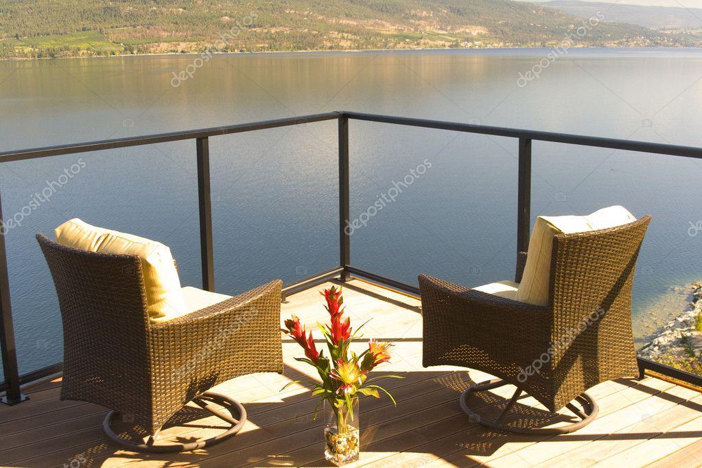 Dos Sillas De Lujosas En Una Terraza Frente Al Lago Foto