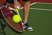 tenista, raketa, míček a soud
