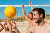 Férfi strandröplabda játszik