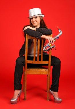 Девушка в цилиндре и саксафон