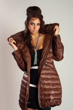 Модная девушка в пальто