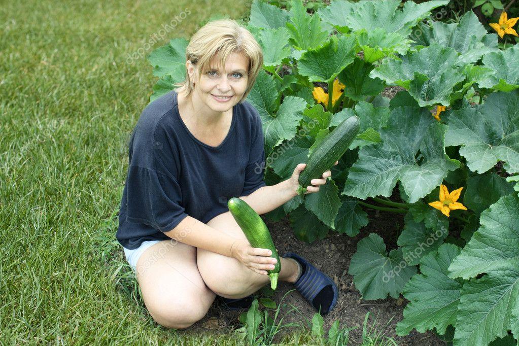 голые в огороде фото