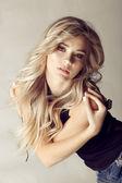Blondýnka s dlouhými vlasy