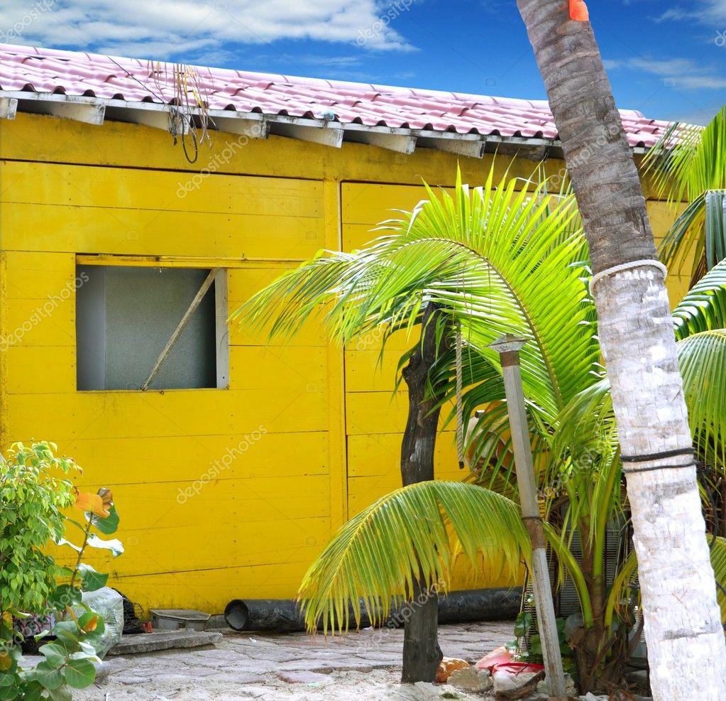 casa de madera del Caribe tropical playa amarilla — Fotos de Stock ...
