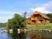 gyönyörű fából készült ház, a folyó közelében