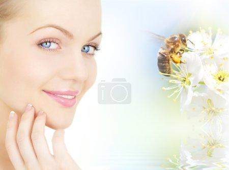 Photo pour Fleurs de visage et de prune de la jeune fille avec une abeille - image libre de droit