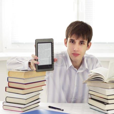 Photo pour Étudiant avec lecteur ebook sur un fond clair - image libre de droit