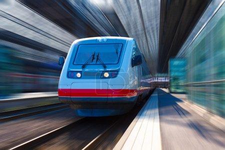 Photo pour Train à grande vitesse moderne - image libre de droit