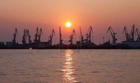 Photo pour Port de fret en soirée - image libre de droit