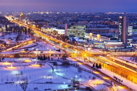 Photo pour Panorama hivernal nocturne de Minsk, Biélorussie - image libre de droit