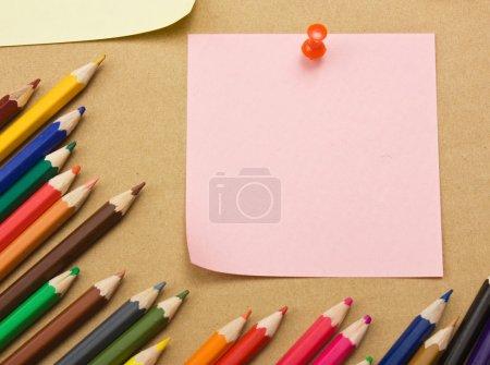Photo pour De nombreuses notes de rappel sur le fond du carton - image libre de droit