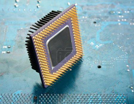 Foto de Viejo chip de silicio en el tablero electrónico - Imagen libre de derechos