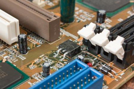 Foto de Viejos componentes electrónicos de la tarjeta electrónica - Imagen libre de derechos