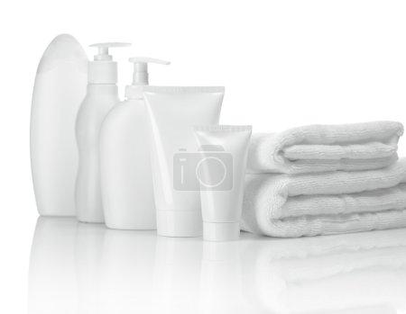 Photo pour Serviettes tubes et bouteilles - image libre de droit