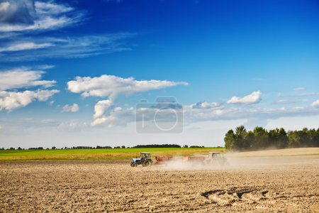 Photo pour Deux tracteurs sur le terrain - image libre de droit