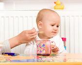 Krmení postup malé dítě