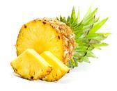 čerstvý plátek ananasu na bílém pozadí