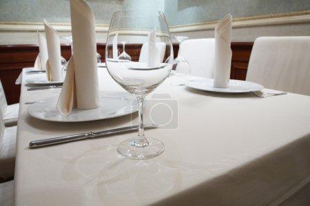 Photo pour Beau verre sur une table au restaurant - image libre de droit
