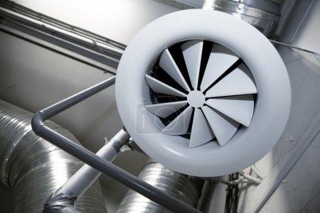 Photo pour Système de tuyaux de ventilation dans une usine moderne - image libre de droit