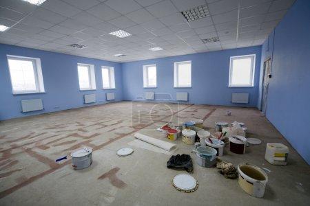 Photo pour Peinture sur la construction bureau neuf et moderne - image libre de droit