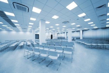 Photo pour Tourneurgrand et moderne auditorium blanc avec rideaux bleu - image libre de droit