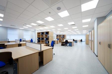 Photo pour Bureaux et bibliothèques dans le bureau moderne - image libre de droit