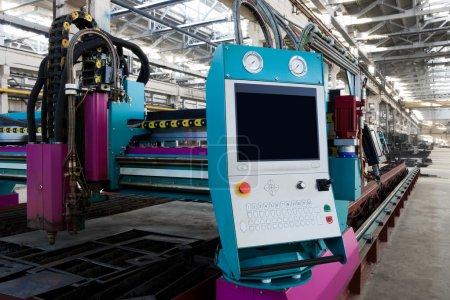 Photo pour Nouvelle et puissante machine de travail des métaux dans l'atelier moderne - image libre de droit