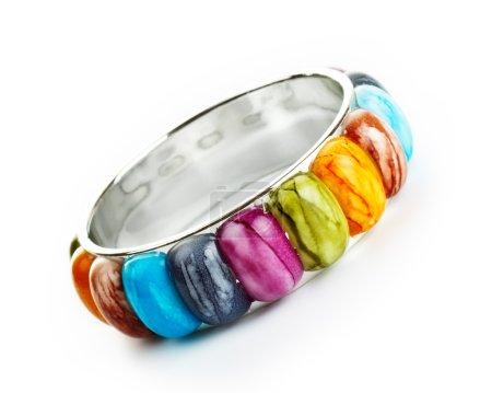 Photo pour Bracelet avec pierres de couleur isolé sur blanc - image libre de droit