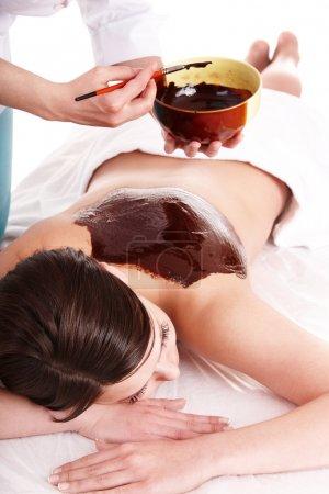 Photo pour Jeune femme ayant masque corporel au chocolat. - image libre de droit