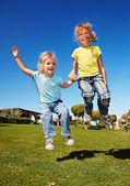 Malá holčička hraje v parku