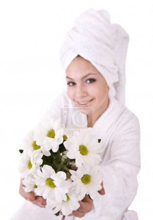 Photo pour Fille avec camomille et serviette blanche sur la tête .Isolé . - image libre de droit