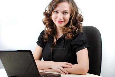 Photo pour Jeune femme réussie travaillant au bureau avec ordinateur portable - image libre de droit