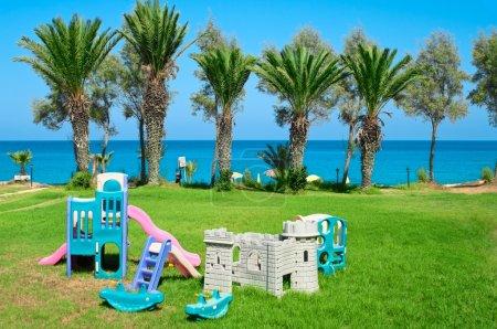 Photo pour Territoire d'hôtel avec aire de jeux pour enfants - image libre de droit