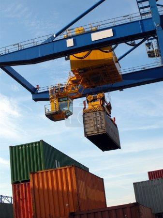 Photo pour Grande grue industrielle pour conteneurs de fret dans le port - image libre de droit