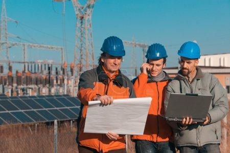 Foto de Ingenieros trabajando en una central solar - Imagen libre de derechos