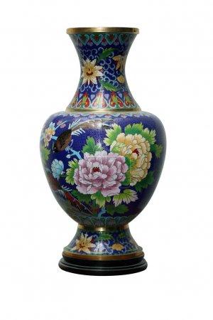 Photo pour Beau vase chinois ancien isolé sur un fond blanc avec chemin de coupe - image libre de droit